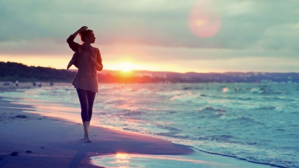 Walking on the beach - 2560x1440