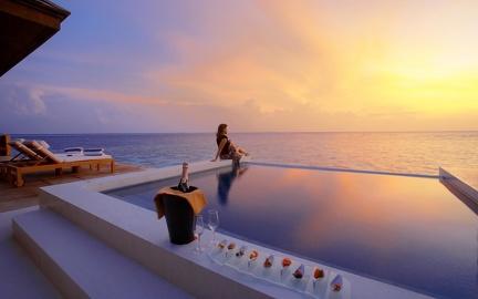 Luxury - on the edge of the pool